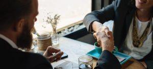 Voor het arbeidsvoorwaardenoverleg kan de OR het beste zoeken naar de gulden middenweg tussen wensen van het bestuur en de achterban.