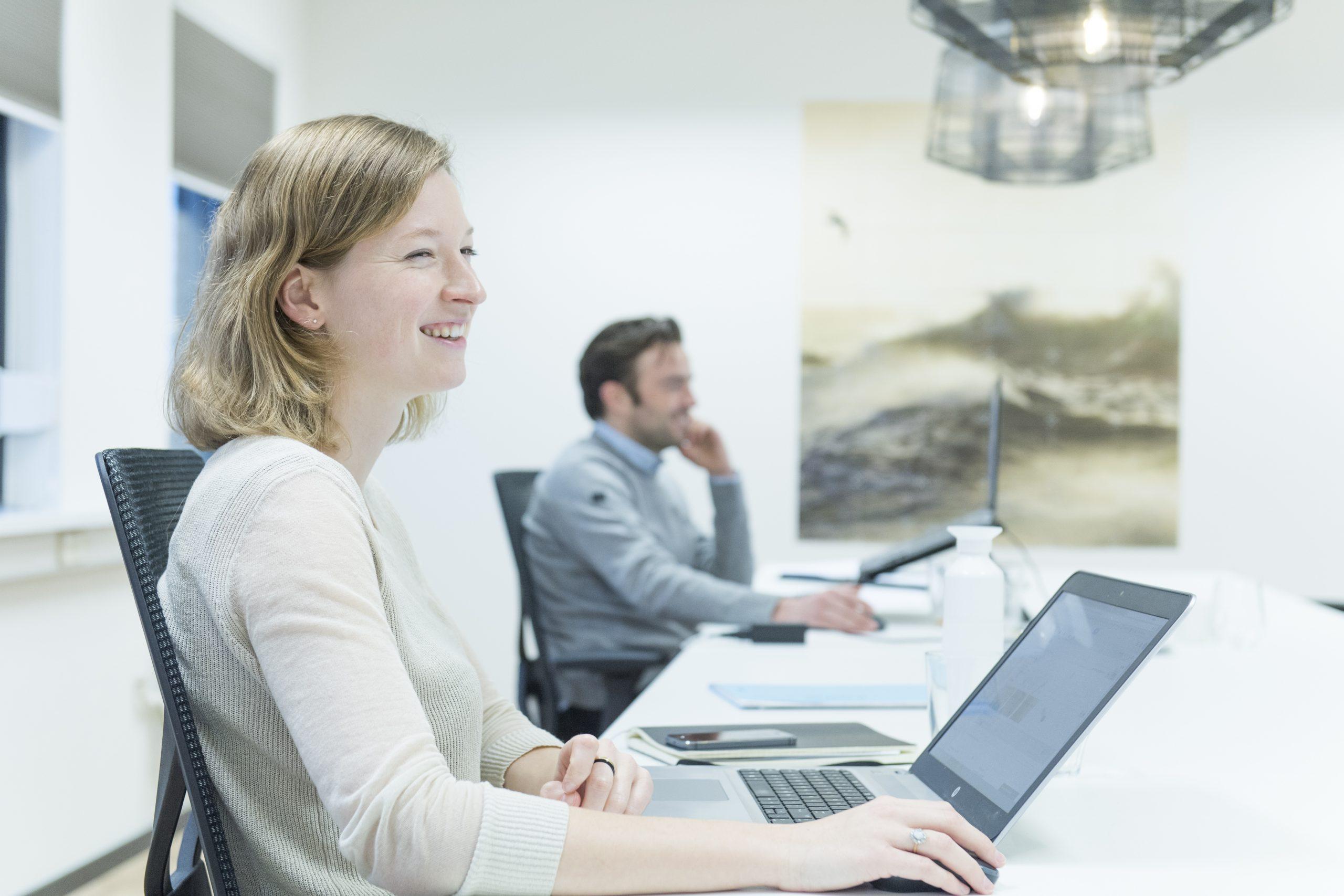 Charlotte van Beek houdt niet van hiërarchie, dat maakt dat zij net zo makkelijk met een bestuurder als met een directe collega praat.