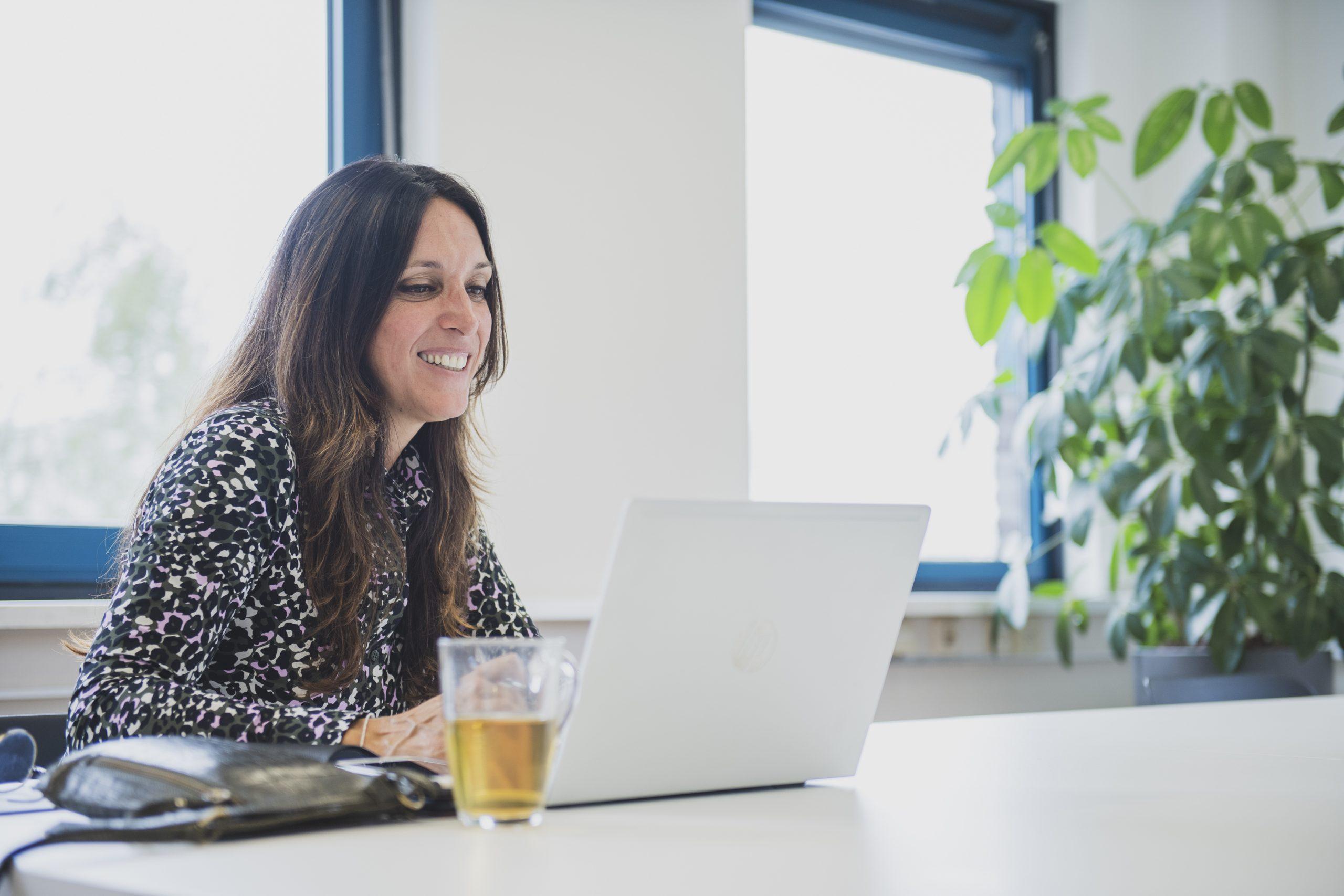 Na twintig jaar als hr-adviseur, startte Charlotte haar eigen bedrijf en kwam ze in contact met ABGL en MZ Services. Daar vervult ze nu een dynamische functie.